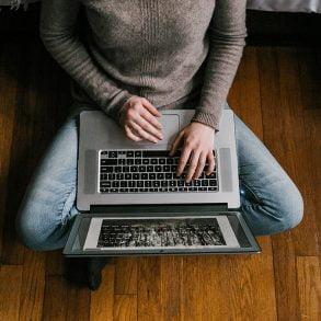 Implementationsverktyg på bilden en persn som skriver på dator