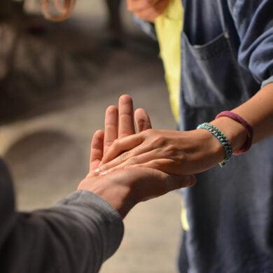 två som tar varandra i hand