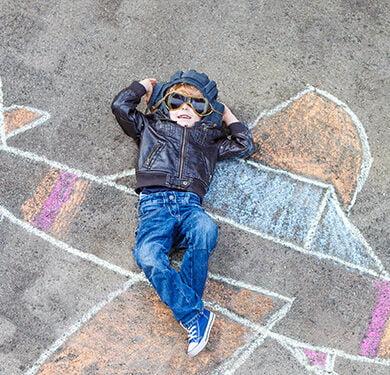 pojke som ligger på en kritteckning