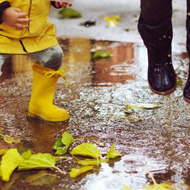 prevention barnfetma - barn som leker i vattenpölar