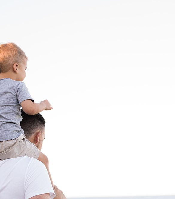 man som bär barn