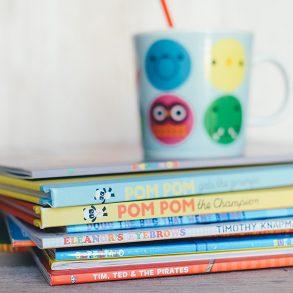 Best practice för förebyggande av barnfetma. Bild på barnböcker och en mugg.