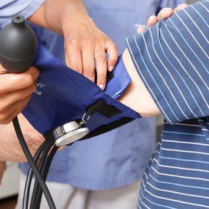 kliniska prövningar sköterska tar blodtryck