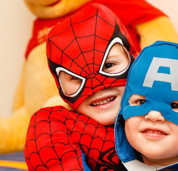 två barn i hjältedräkter