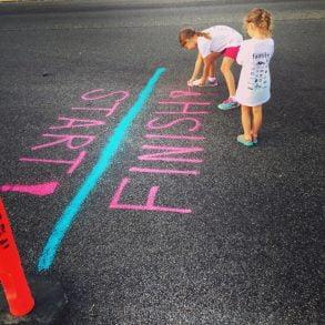 Två barn tittar på en skrift. Foto Adam Winger Unsplash