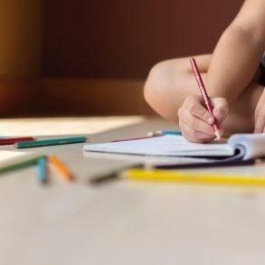 barn skriver Syntetiska data